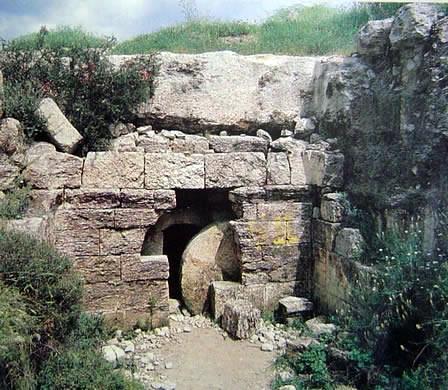 túmulo escavado na rocha e fechado com uma grande pedra redonda