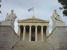 Sócrates (à direita) é homenageado juntamente com Platão, na entrada da moderna Academia de Atenas, de 1926.